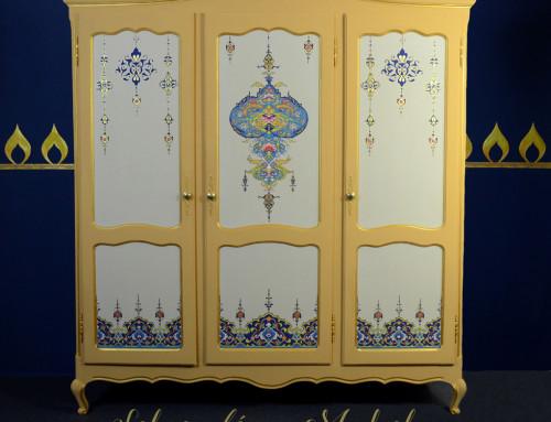 Arannyal díszített szekrény